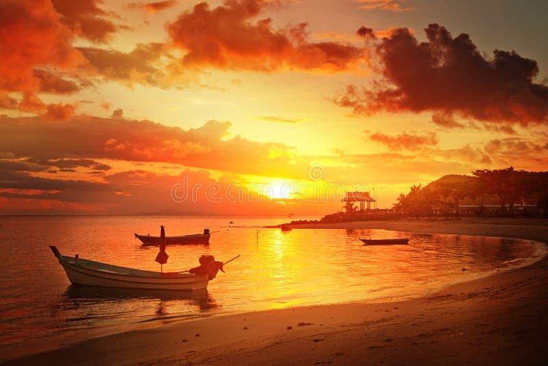 Barcos tailandeses tradicionales en la playa de la puesta del sol foto de archivo libre de regalías