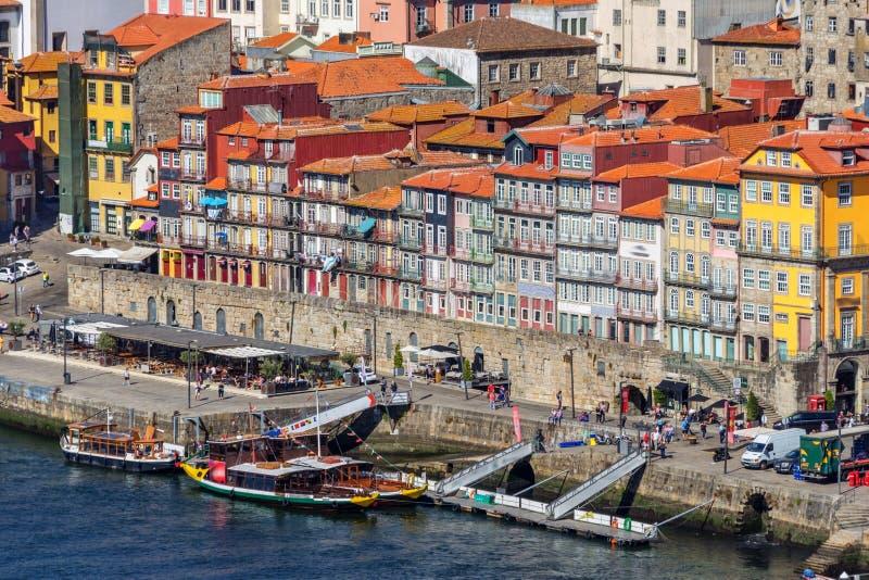 Barcos tradicionais com os tambores do vinho, no rio de Douro na cidade portuguesa de Porto imagem de stock