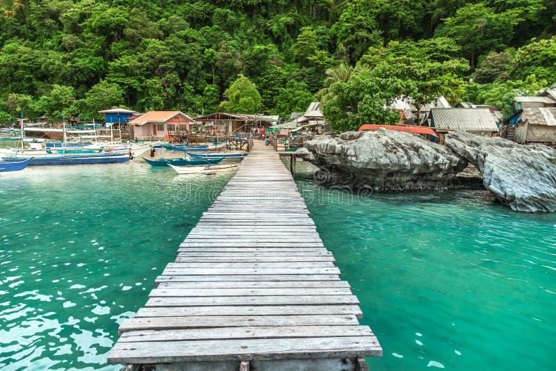 Barcos tradicionais e um cais no EL Nido, Palawan, Filipinas fotografia de stock royalty free