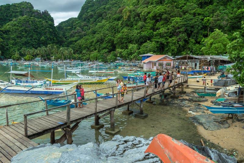 Barcos tradicionais e um cais no EL Nido, Palawan, Filipinas fotos de stock royalty free