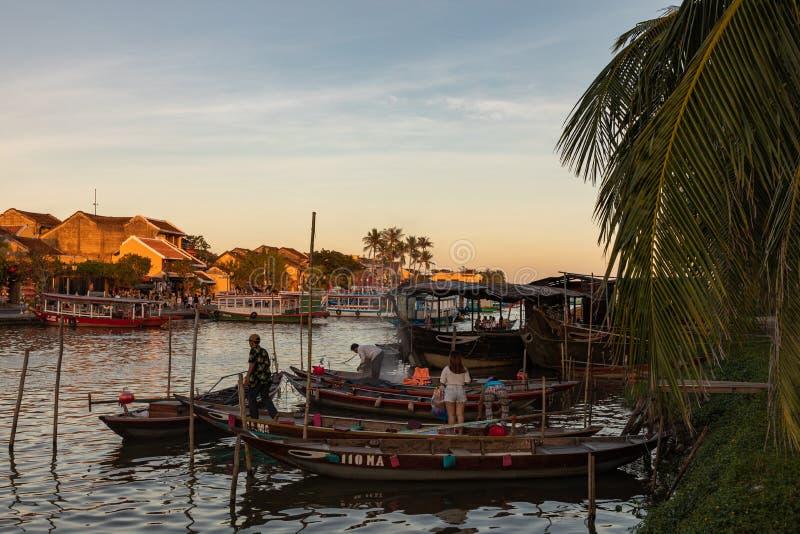Barcos tradicionais em Hoi An, Vietname Tempo do por do sol Hoi An é o local da herança cultural do mundo, famoso para culturas m imagens de stock royalty free