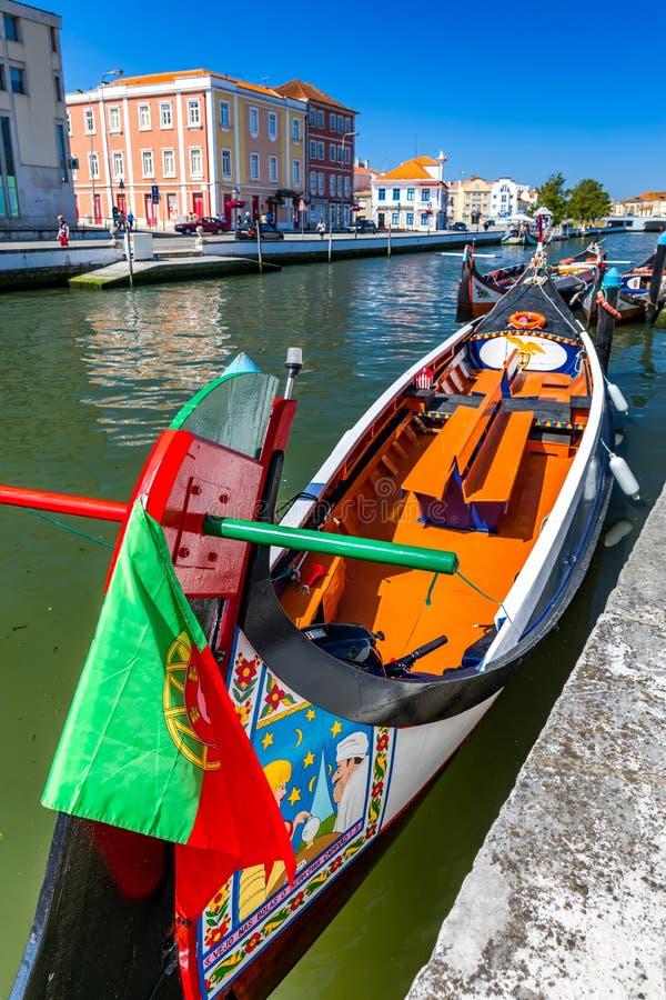 Barcos tradicionais no canal em Aveiro, Portugal Os passeios coloridos do barco de Moliceiro em Aveiro são populares com turistas imagem de stock