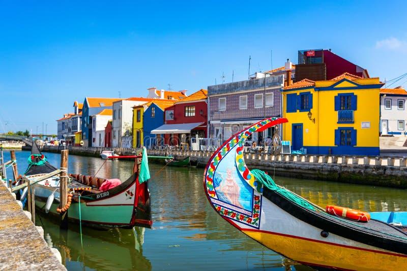 Barcos tradicionais no canal em Aveiro, Portugal Os passeios coloridos do barco de Moliceiro em Aveiro s?o populares com turistas imagem de stock royalty free