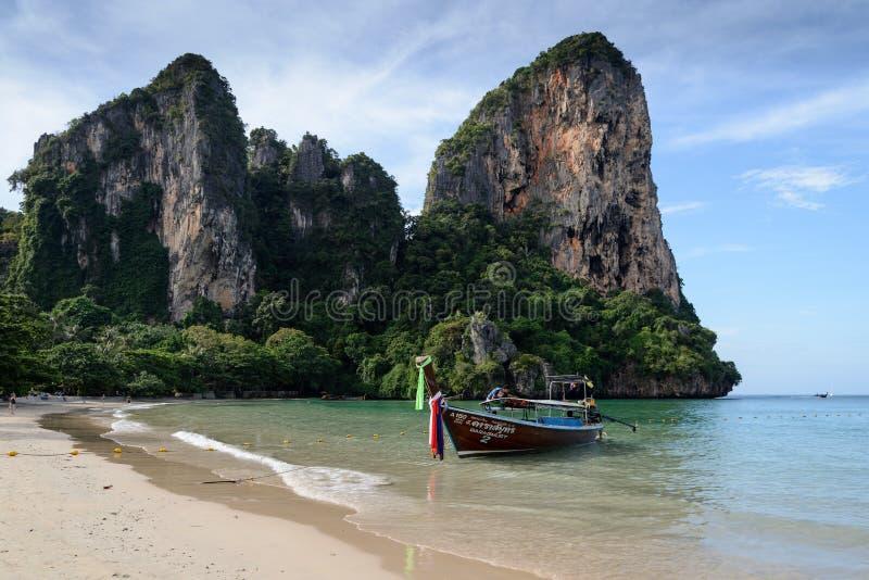 Barcos tradicionales de Longtail amarrados por la playa de Railay, Krabi fotos de archivo libres de regalías