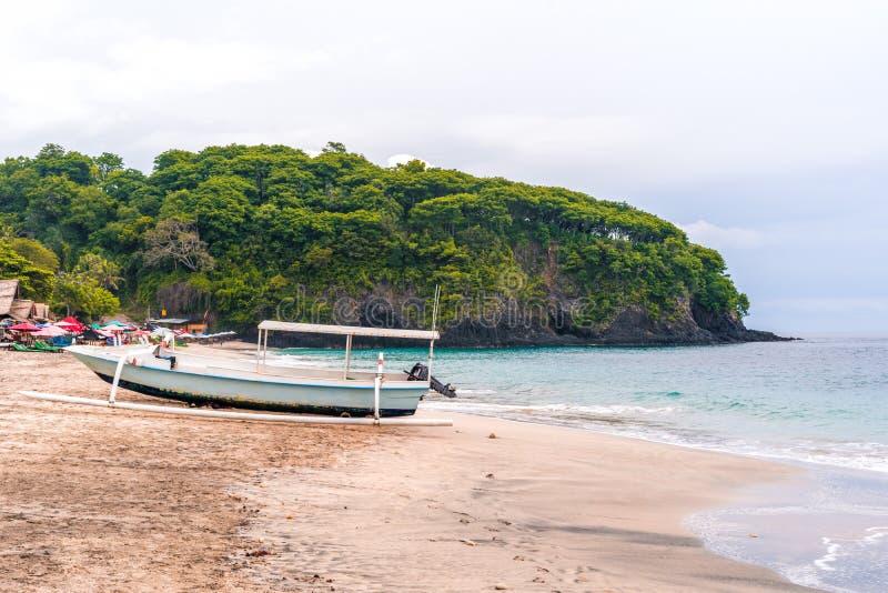 Barcos tradicionales del pescador del Balinese en una playa o un Pasir Putih de la Virgen o playa en Bali, Indonesia de Perasi He fotografía de archivo