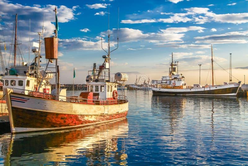 Barcos tradicionales del pescador en Islandia en la puesta del sol imagenes de archivo