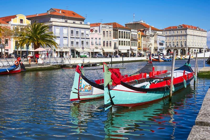 Barcos tradicionales en el canal en Aveiro fotos de archivo libres de regalías