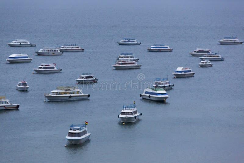Barcos turísticos anclados en el lago Titicaca en Copacabana foto de archivo