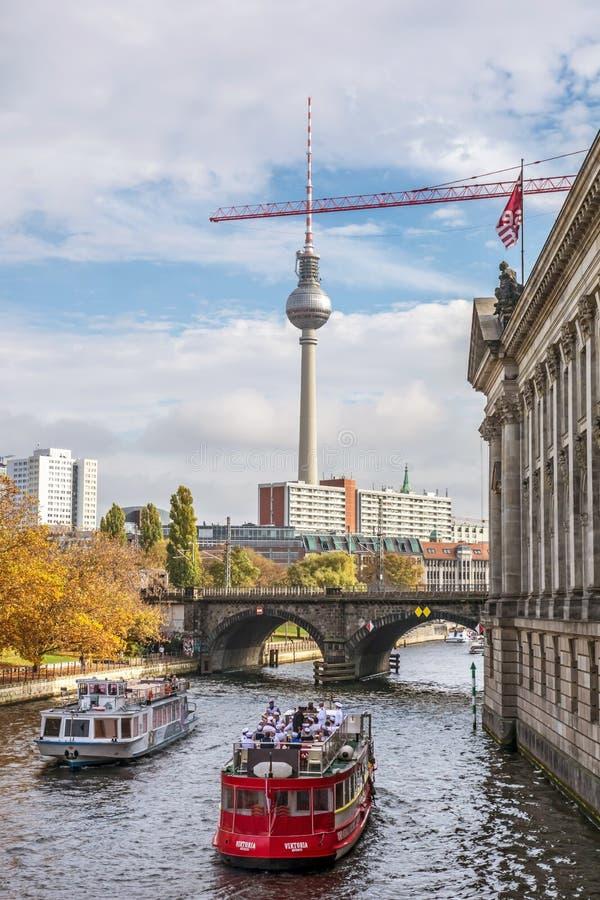 Barcos turísticos en ciudad del río de la diversión, Berlín fotografía de archivo libre de regalías
