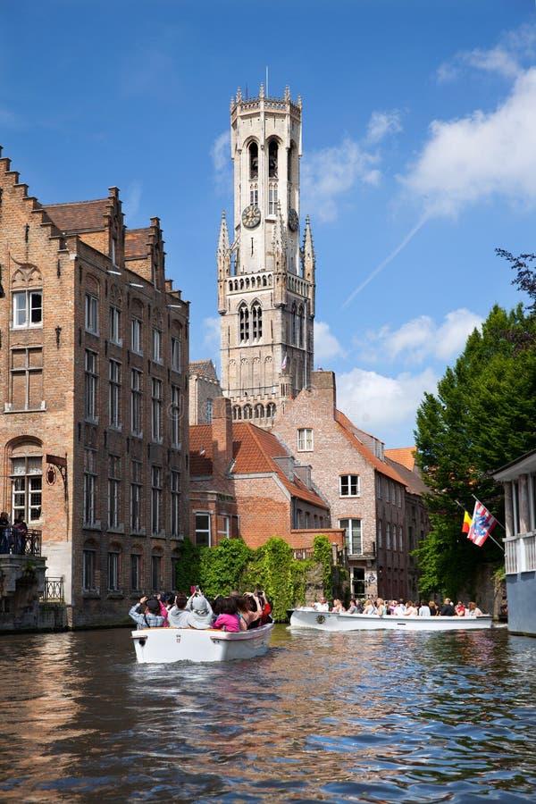 Barcos turísticos en el canal para la visita turística fotos de archivo libres de regalías