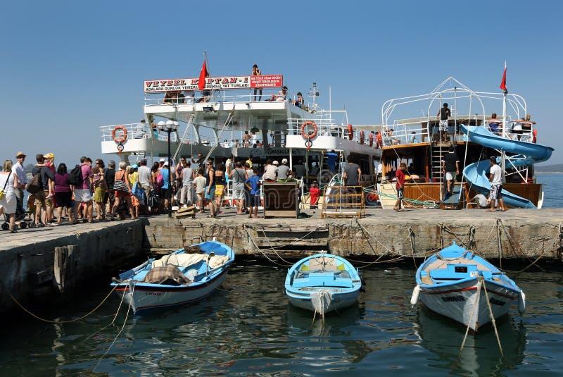 Barcos turísticos en el puerto de Ayvalik en Turquía fotos de archivo
