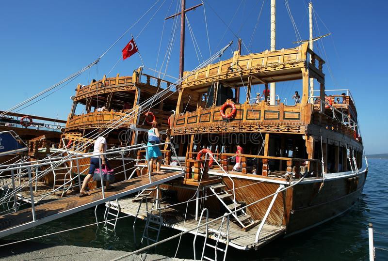 Barcos turísticos en el puerto de Ayvalik en Turquía fotos de archivo libres de regalías