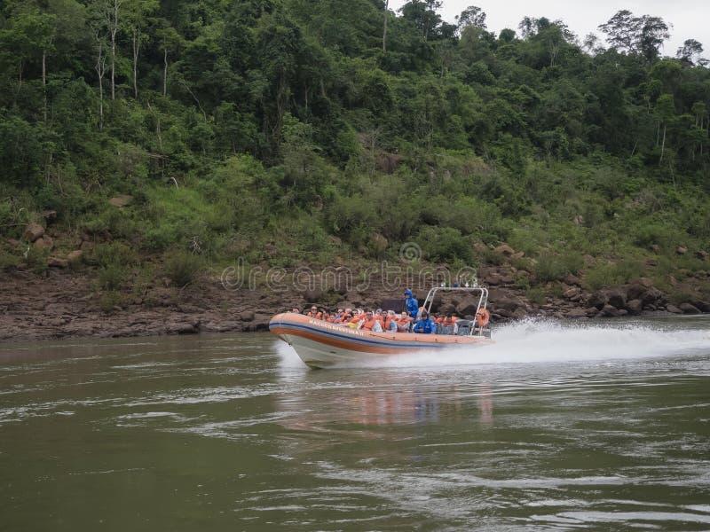 Barcos turísticos en la cascada de Iguazu en la Argentina imagen de archivo