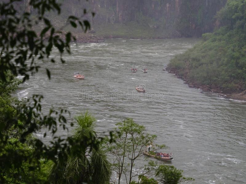 Barcos turísticos en la cascada de Iguazu en la Argentina imagen de archivo libre de regalías