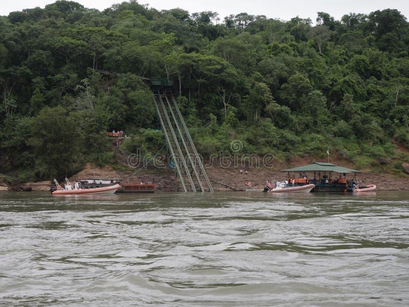 Barcos turísticos en la cascada de Iguazu en la Argentina foto de archivo libre de regalías