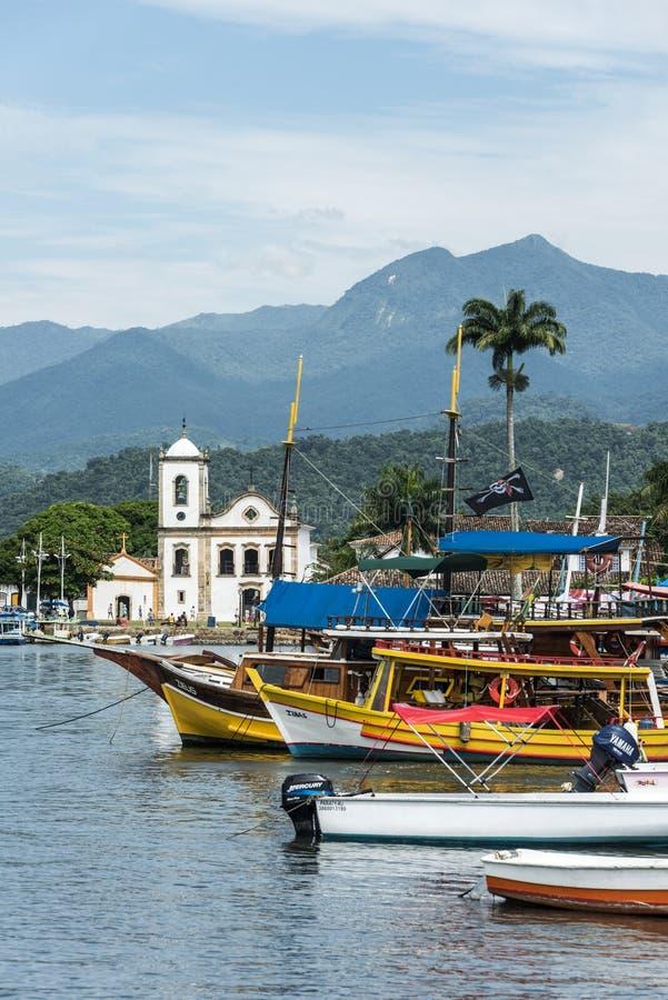 Barcos turísticos en Paraty, estado Rio de Janeiro, el Brasil fotos de archivo libres de regalías