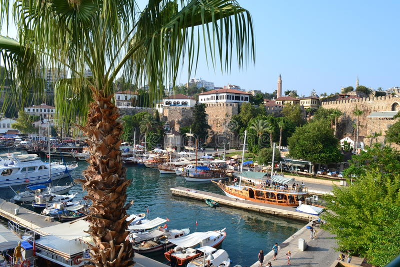 Barcos, uma palma e uma fortaleza no mar Mediterrâneo no porto Antalia fotos de stock royalty free