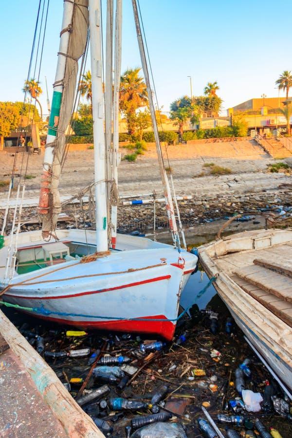 Barcos velhos amarrados no porto sujo Poluição água do rio, mar, oceano com desperdício, lixo dos plásticos imagem de stock royalty free