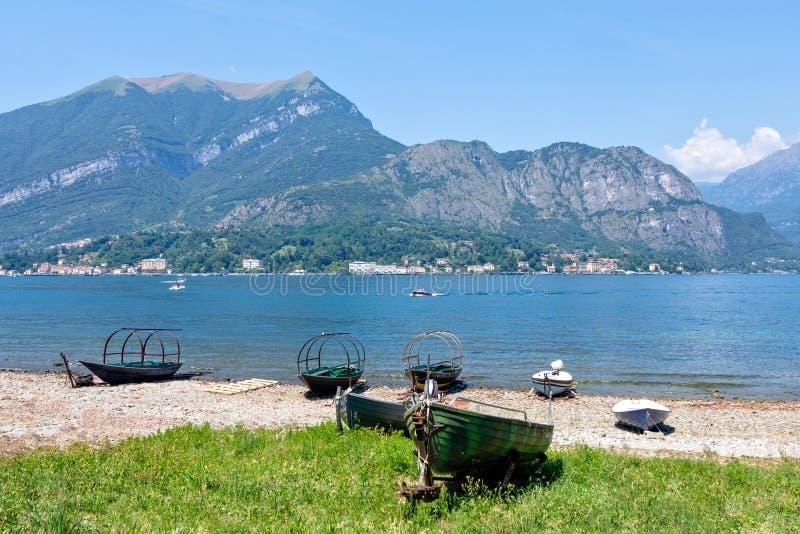 Barcos velhos estacionados na costa do lago Como imagens de stock royalty free