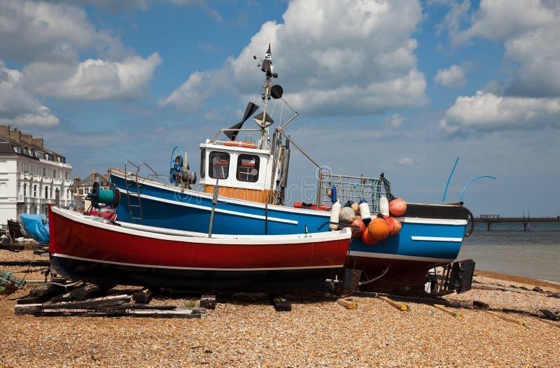 Barcos velhos na praia do negócio imagem de stock royalty free