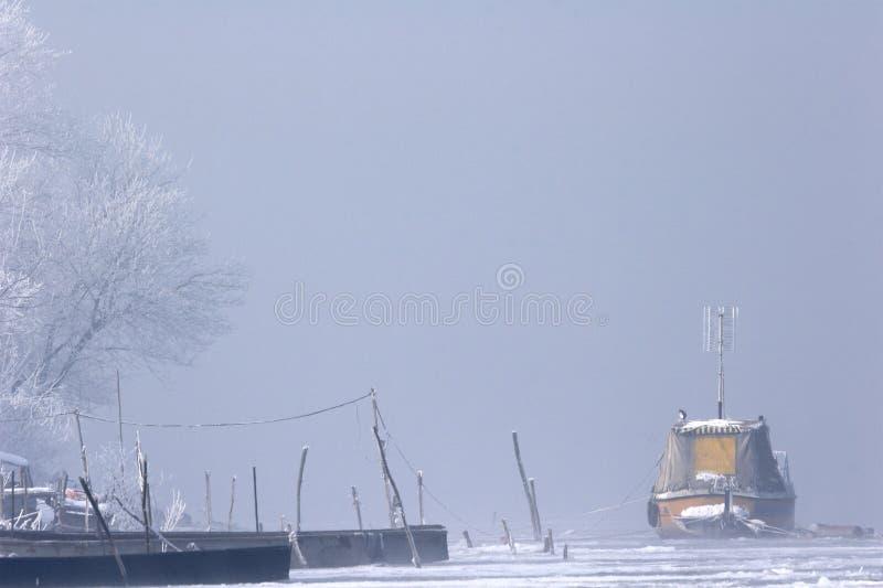 Barcos viejos congelados en hielo en invierno de Danubio del río el mediados de imagen de archivo libre de regalías