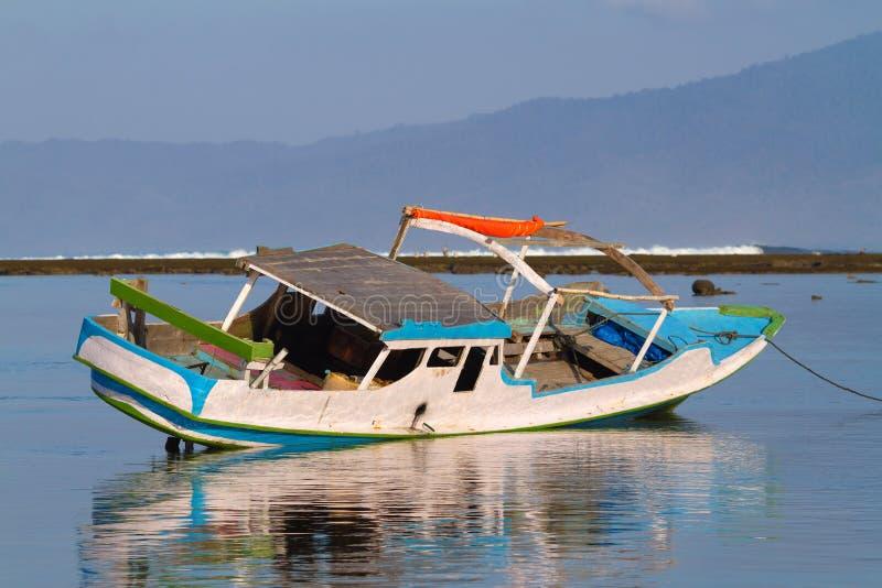 Download Barcos viejos en los bajos imagen de archivo. Imagen de indonesia - 41906209
