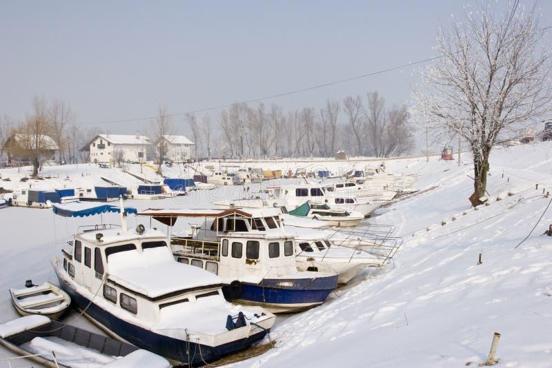 Barcos viejos en puerto deportivo congelado imagen de archivo