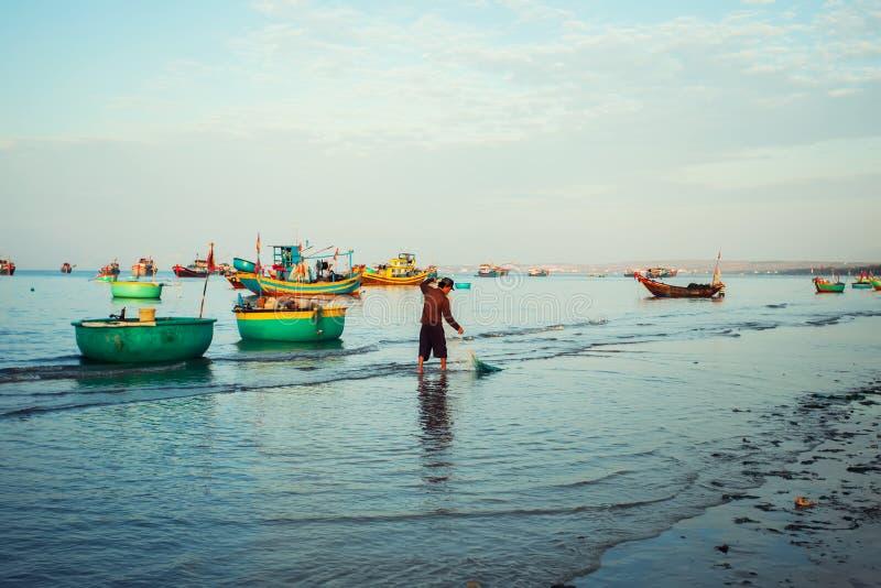 Barcos vietnamitas de madera viejos tradicionales y barcos de pesca redondos fotos de archivo libres de regalías