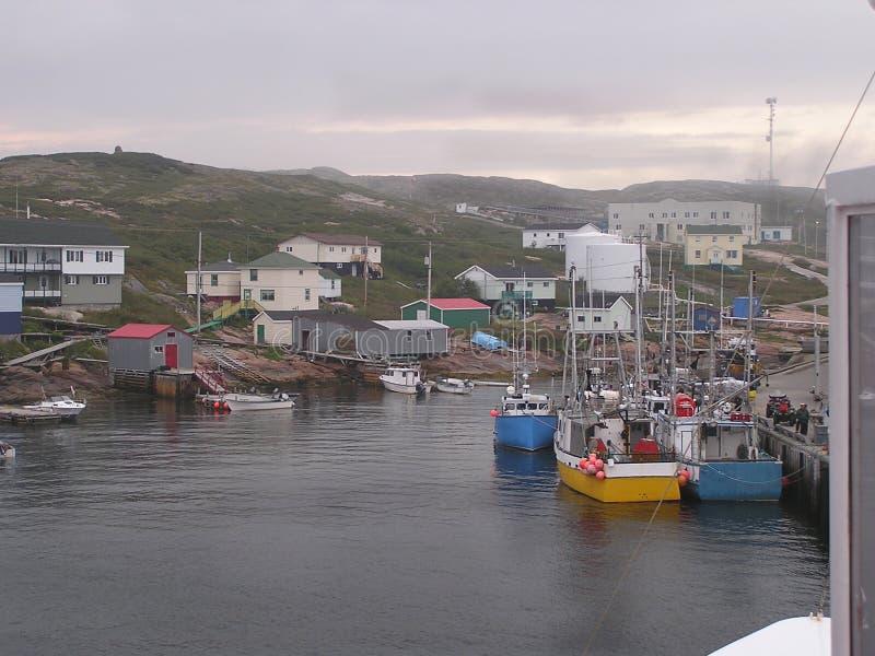 Barcos y aldea de los pescadores imagen de archivo