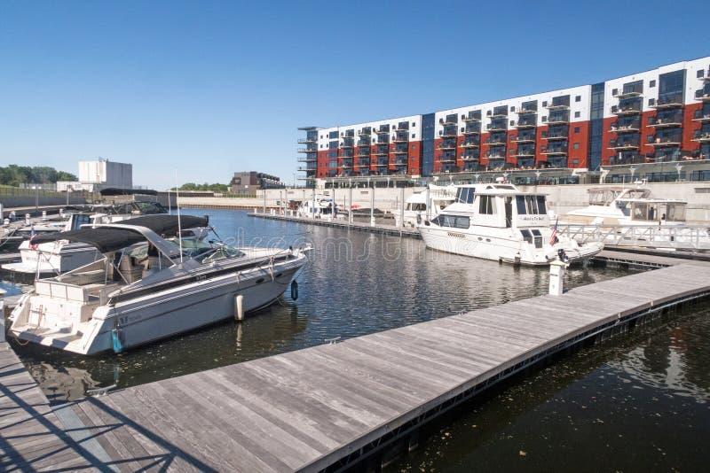 Barcos y apartamentos del puerto del Mohawk imagenes de archivo