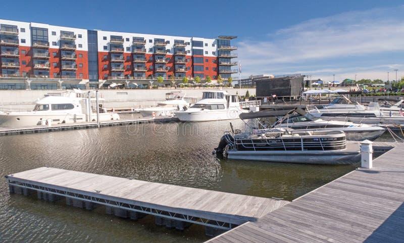 Barcos y apartamentos del puerto del Mohawk fotografía de archivo