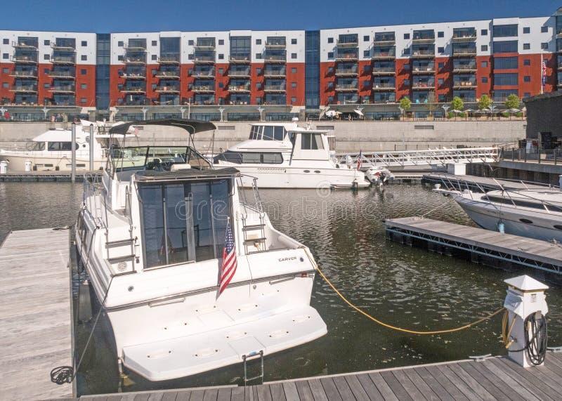 Barcos y apartamentos del puerto del Mohawk fotografía de archivo libre de regalías