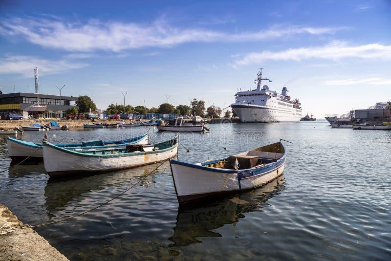 Barcos y buque de pasajeros de pesca imagenes de archivo