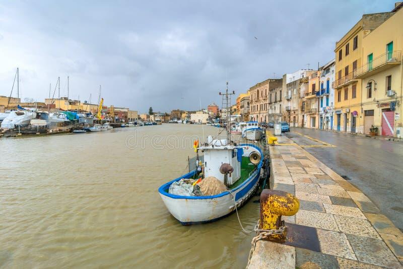 Barcos y canal de pesca en Mazara del Vallo, Sicilia imagenes de archivo