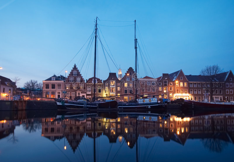 Barcos y casas holandesas típicas foto de archivo libre de regalías