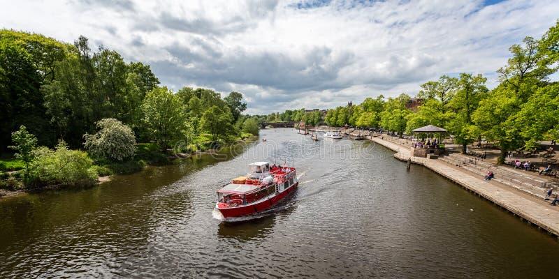 Barcos y cruceros del río en el río Dee en Chester, Cheshire imagen de archivo