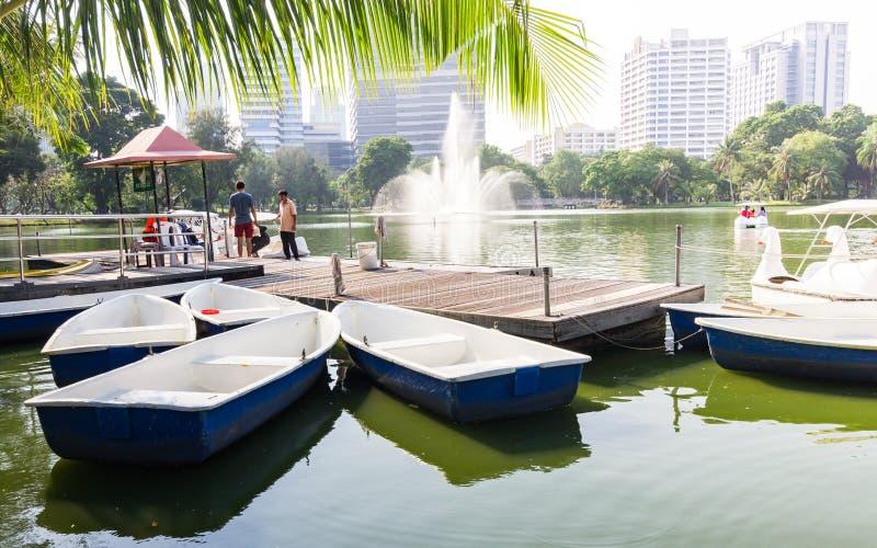 Barcos y barcos del pedal en el parque de Lumpini imagen de archivo