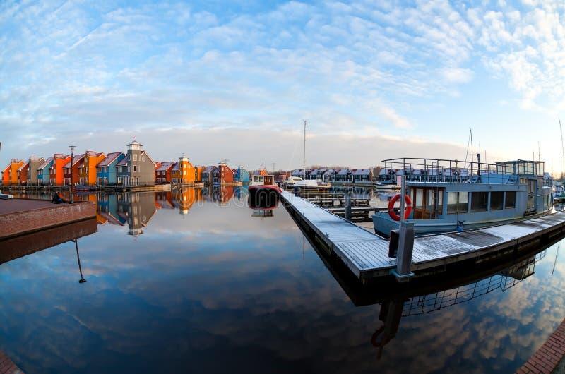 Barcos y edificios coloridos en Reitdiephaven, Groninga fotografía de archivo libre de regalías