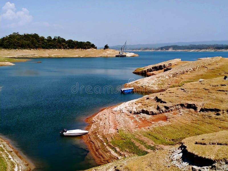 Barcos y el transportar en balsa de río fotografía de archivo libre de regalías