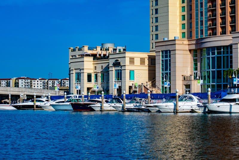 Barcos y hotel de lujo de la calle del agua de Marriott en el río 1 de Hillsborough imagenes de archivo