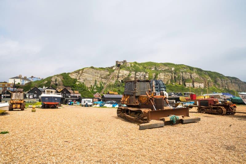 Barcos y niveladora viejos de los fishermans en orilla del mar en Hastings viejo t fotos de archivo libres de regalías