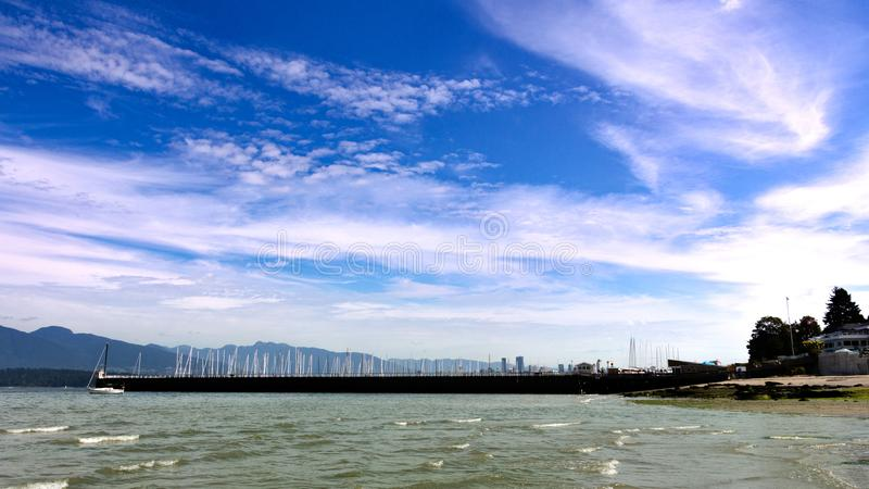 Barcos y nubes de Jericho Beach que miran en la ciudad imágenes de archivo libres de regalías
