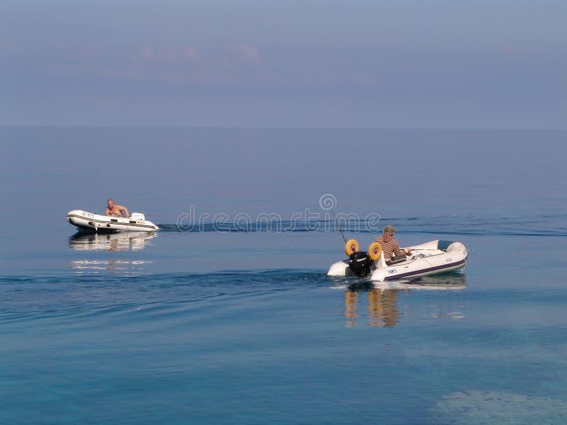 Barcos y pescadores imagen de archivo
