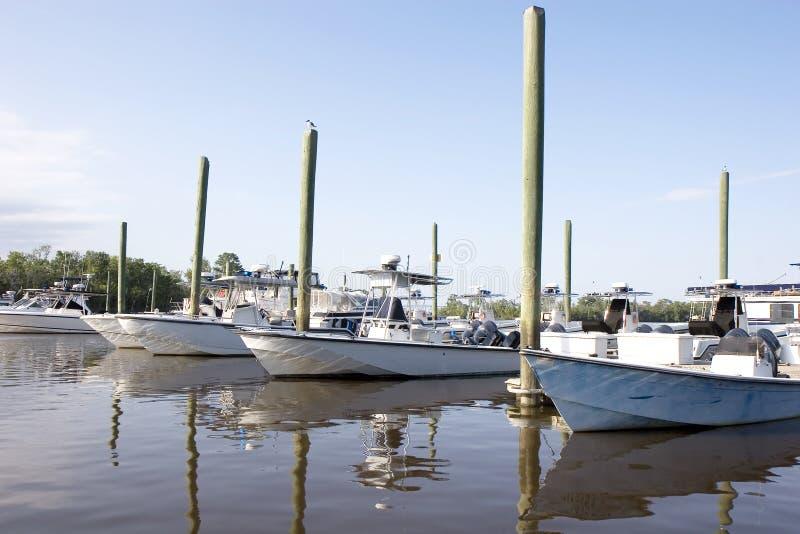 Barcos y postes fotografía de archivo