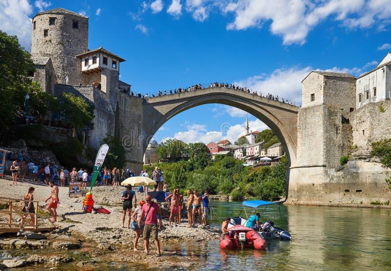 Barcos y turistas por debajo Stari más en Mostar fotos de archivo