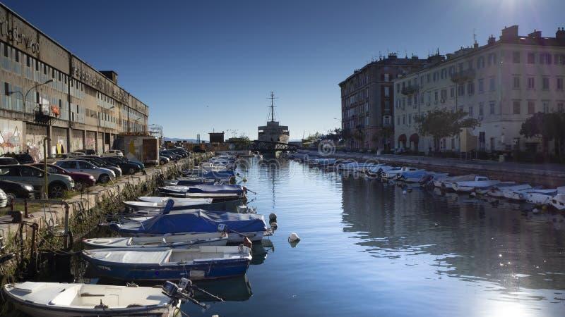 Barcos y vida urbana en la costa del ina del  de RjeÄ del río en la ciudad Rijeka, Croacia del puerto foto de archivo libre de regalías
