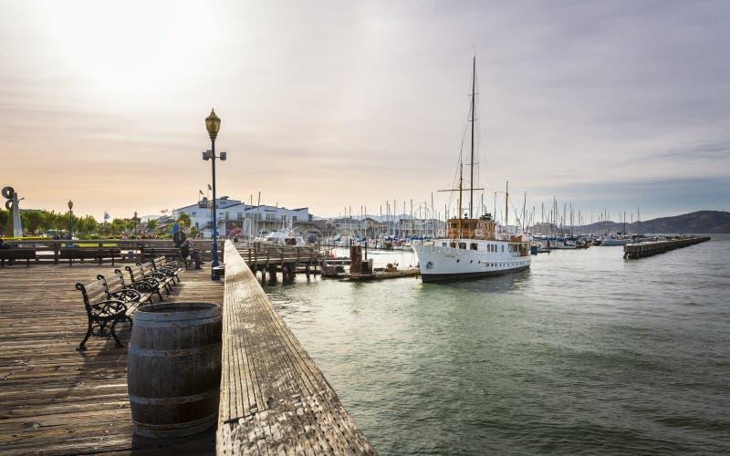 Barcos y Yahcts en puerto del muelle de Fishermans, San Francisco, California, los Estados Unidos de América, Norteamérica fotografía de archivo