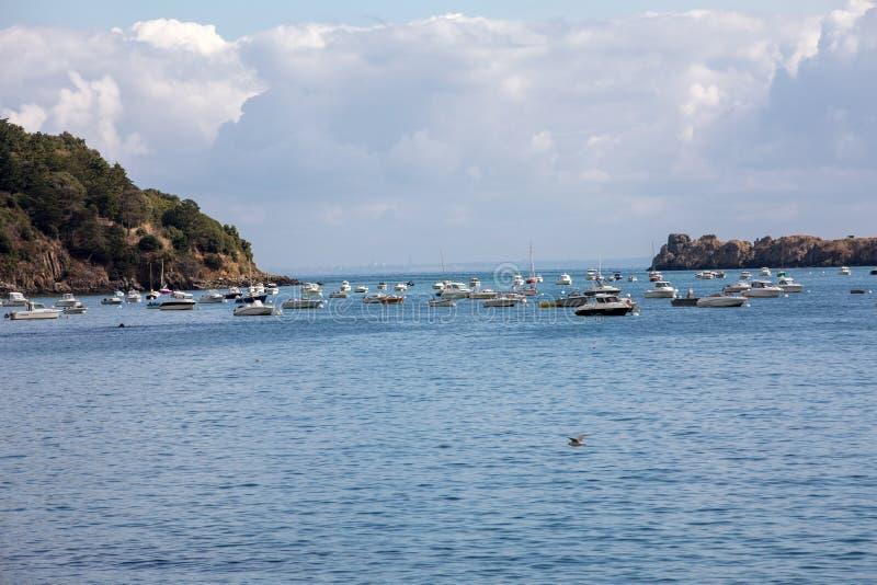 Barcos y yates de pesca amarrados en la bah?a en la alta marea en Cancale, ciudad famosa de la producci?n de las ostras Breta?a, imagenes de archivo