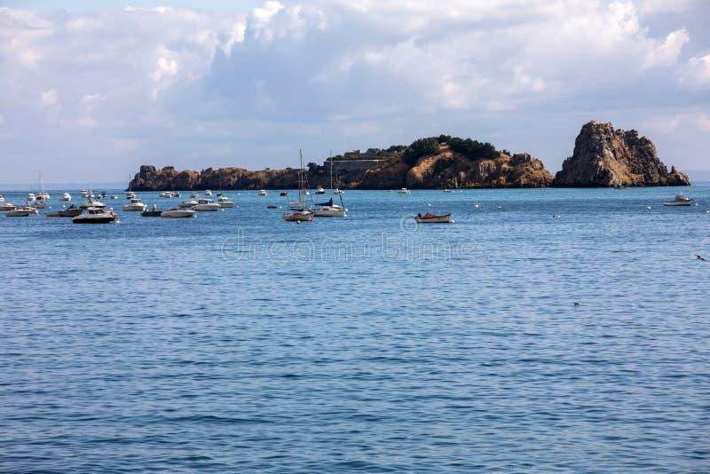 Barcos y yates de pesca amarrados en la bah?a en la alta marea en Cancale, ciudad famosa de la producci?n de las ostras Breta?a,  fotos de archivo
