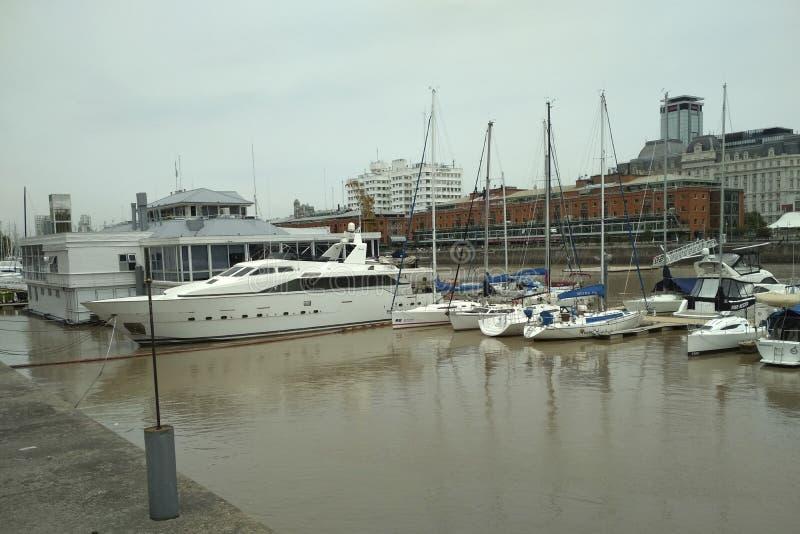 Barcos y yates en el puerto Madero, Buenos Aires imágenes de archivo libres de regalías